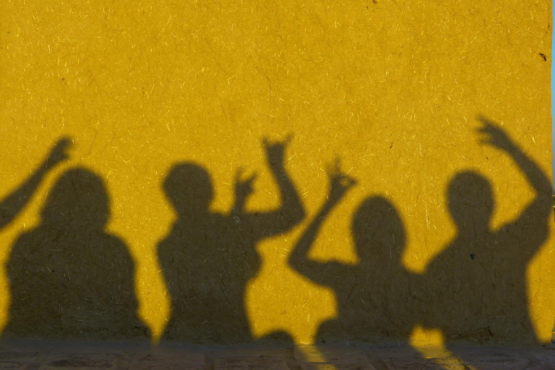 Dejojošu cilvēku siluets