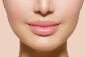 sieviete ar palielinātām lūpām