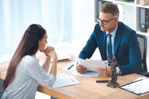 jurists cenšas palīdzēt ar konsultāciju sievietei